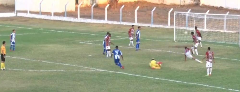 Momento do único gol do Oeirense no jogo
