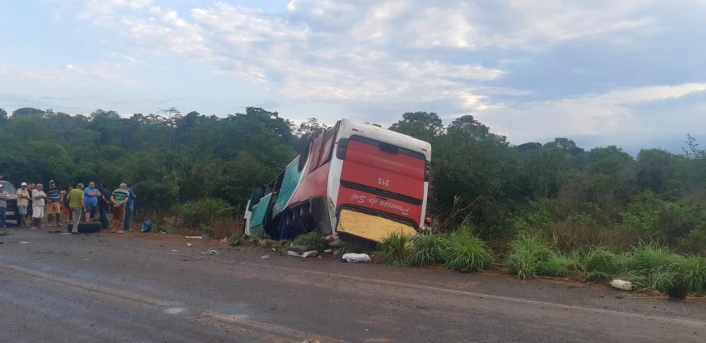 Ônibus da Princesa do Sul capota deixando mortos e feridos na BR-135