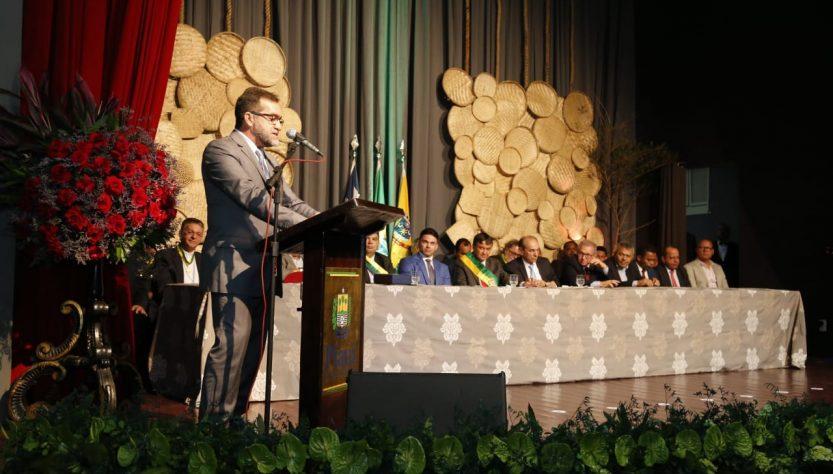 Prefeito faz discurso no Cine Teatro Oeiras (Foto: Reprodução)