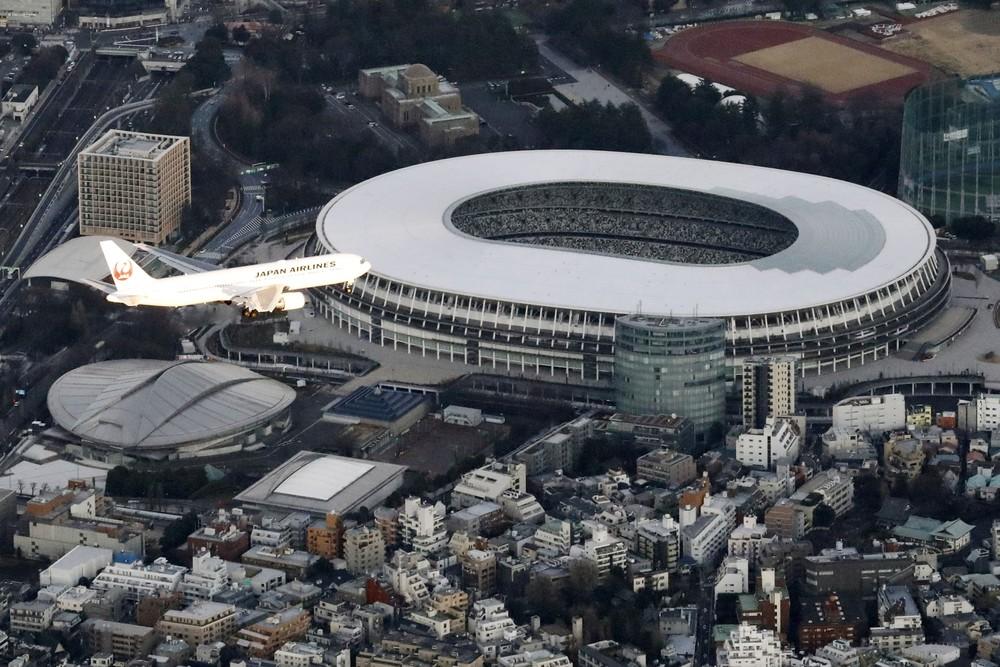 Avião sobrevoa o Estádio Nacional de Tóquio (Foto:REUTERS)