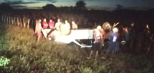 Carro capota e deixa 4 pessoas feridas em Santa Rosa do Piauí