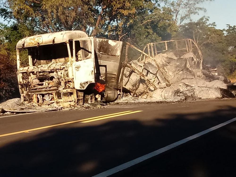 Carreta pega fogo e fica totalmente destruída na BR 230 próximo a Oeiras