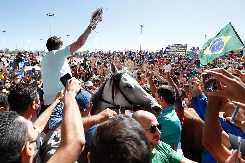 No Piauí, Bolsonaro monta cavalo, fica sem máscara e causa aglomeração